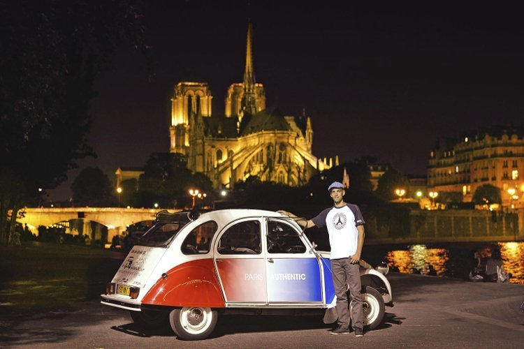 Citroën 2CV cocorico behind Notre-Dame de Paris by night