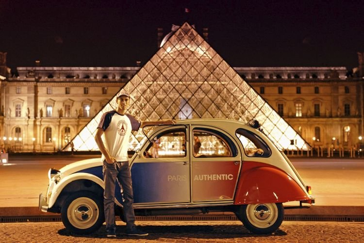 Citroën 2CV cocorico at the Louvre Pyramid at night