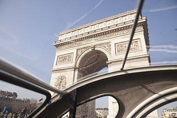 Vue sur les Champs Elysées depuis le toit ouvrant de la 2cv