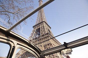 Vue sur la Tour Eiffel depuis le toit ouvrant de la 2cv Citroën