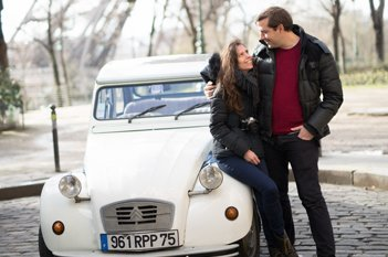 Couple à côté d'une 2cv Citroën cocorico