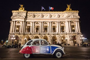 2CV Citroën cocorico in front of the Garnier Opera House