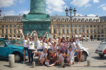 Citroën 2 CV mit Gruppe für eine Hochzeit auf dem Place Vendôme