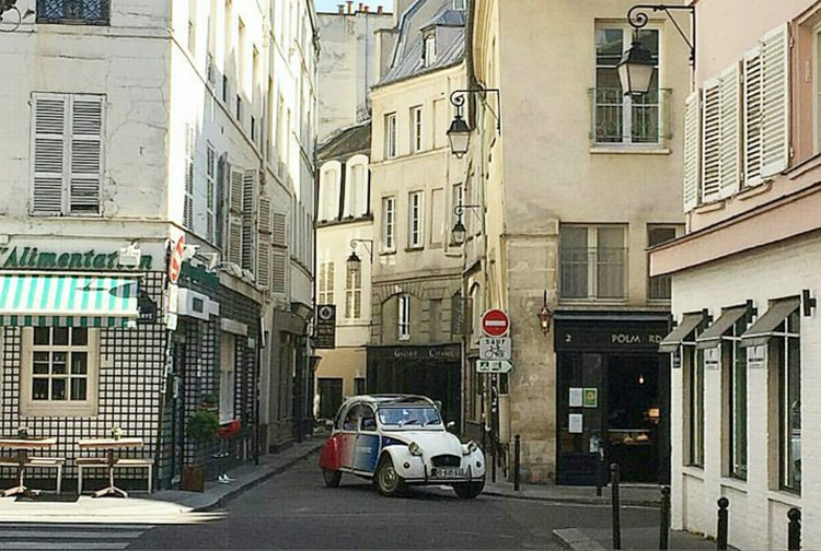 2CV Citroën in the streets of Paris
