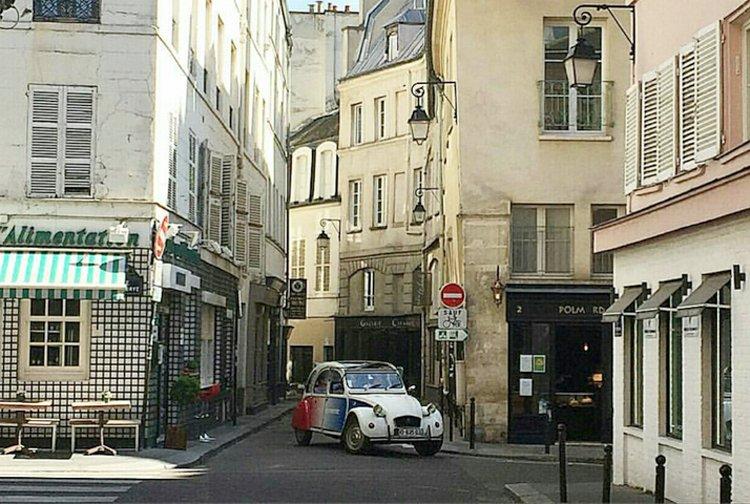 2cv Citroën dans les rues de Paris