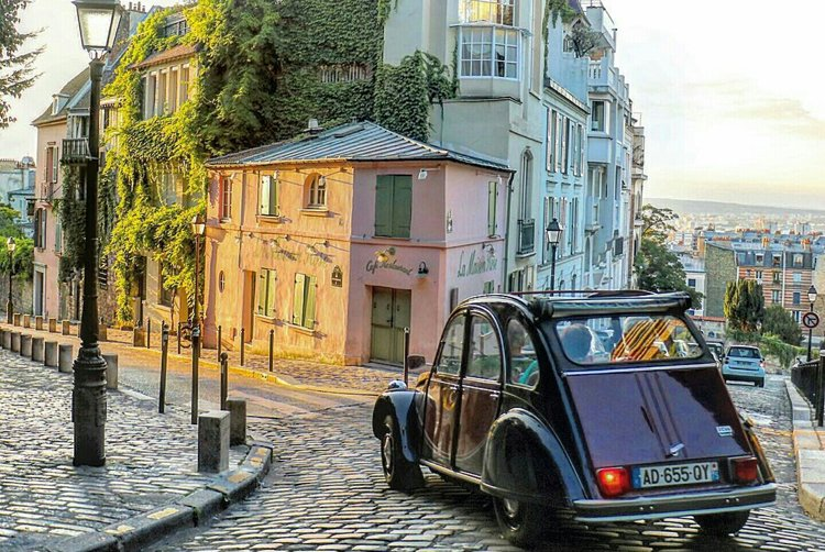 Citroën 2 CV in Montmatre