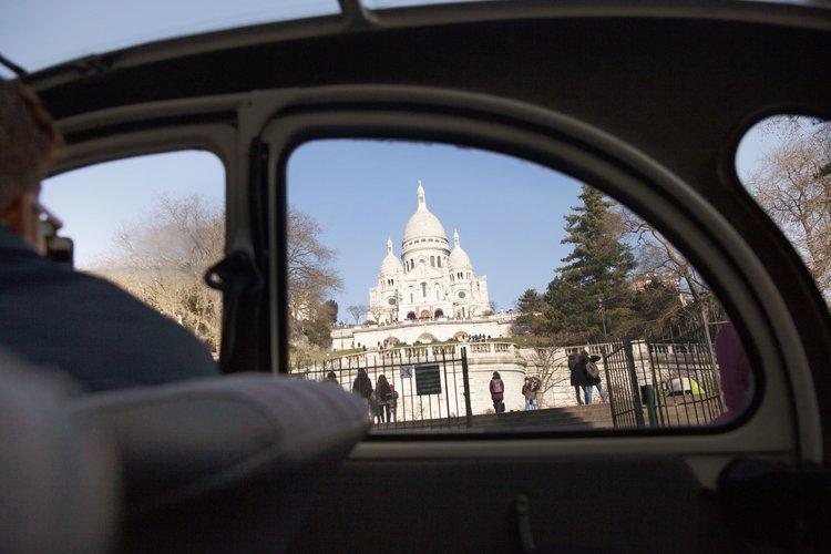 Citroën 2 CV vor der Sacre Coeur Basilika in Montmatre