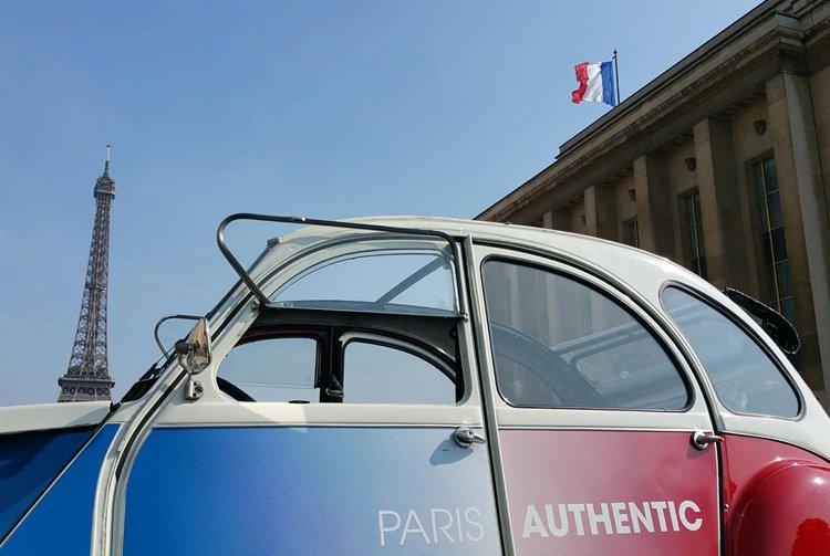 2cv Citroën sous la Tour Eiffel