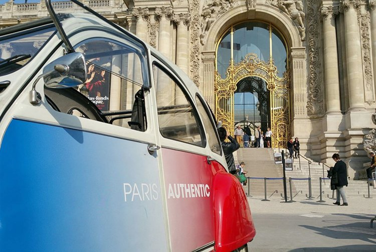 2CV parked in front of Paris monument