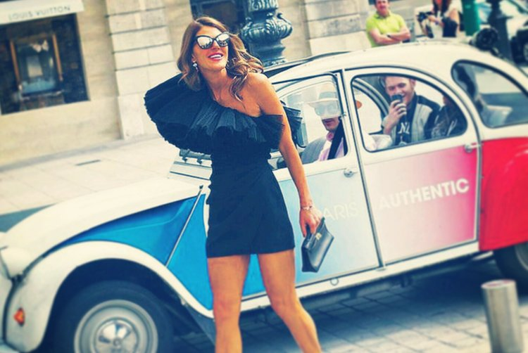 Model in front of 2CV Citroën cocorico