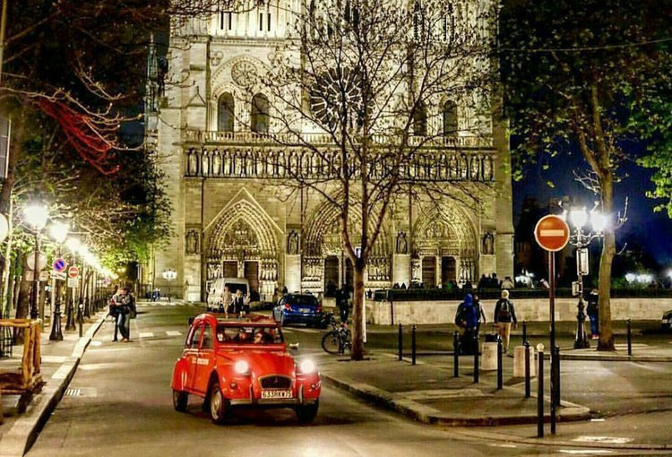 2CV with his driver in front of Notre Dame de Paris