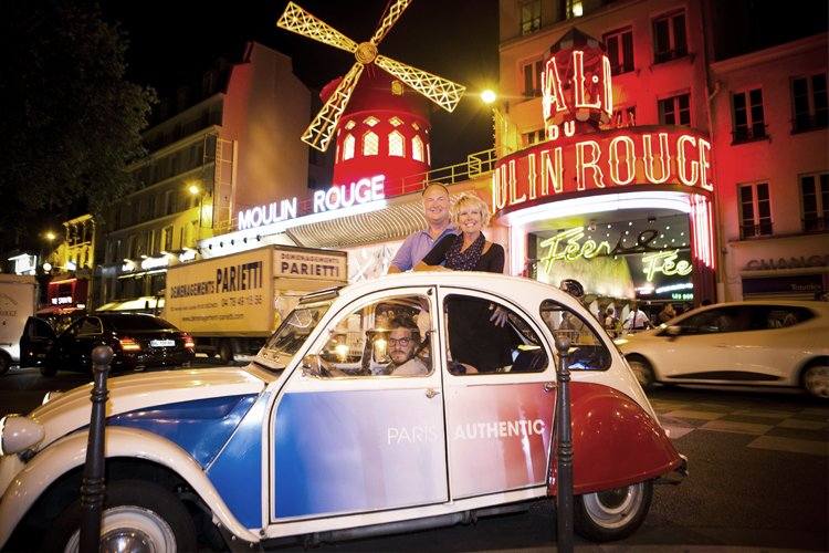 Citroën 2 CV vor dem Moulin Rouge in Pigalle