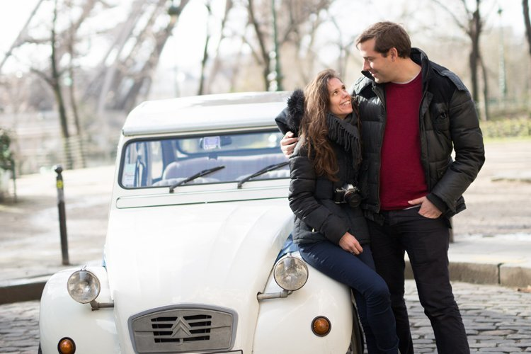 Couple assis devant une 2cv Citroën