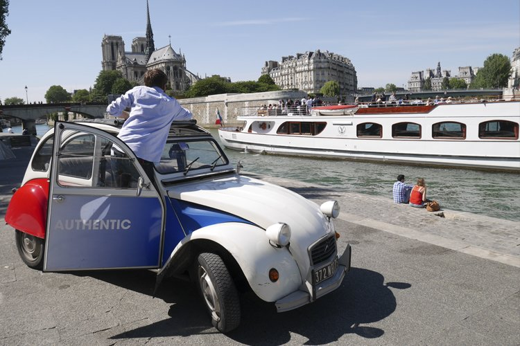 2CV on the banks of the Seine in Paris